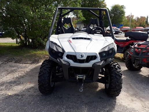 2017 Can-Am Commander™ DPS™ 800R Photo 2 of 4